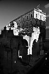 Palazzi di Piazza Sant'Oronzo visti dall'Anfiteatro Romano di Lecce. Si notano alcune costruzioni ad archi dell'Anfiteatro.