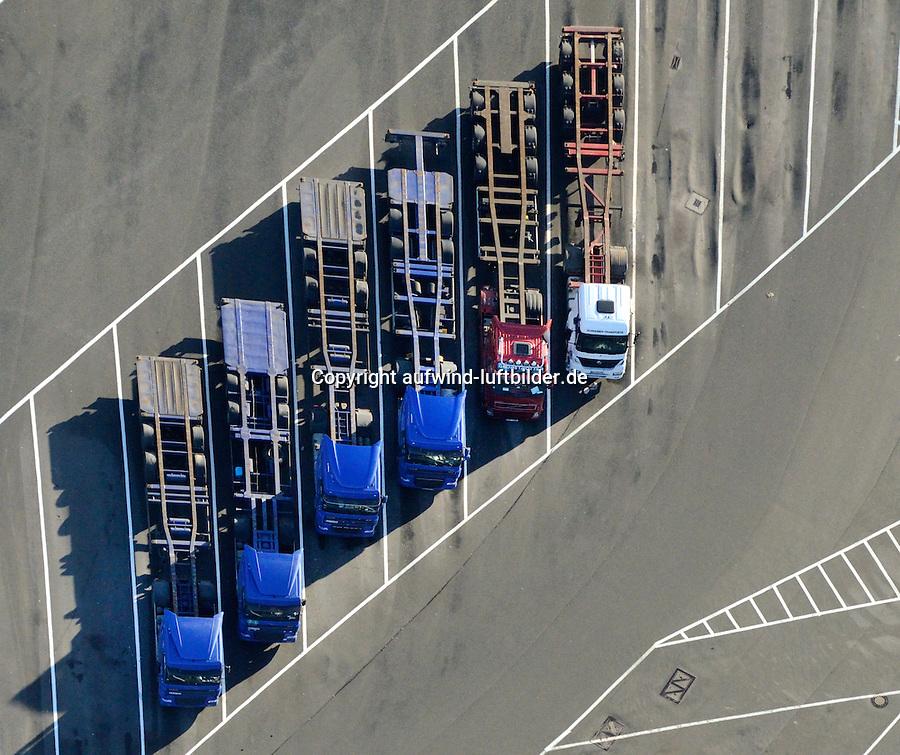 Containerchassis mit Sattelzug: EUROPA, DEUTSCHLAND, HAMBURG, (EUROPE, GERMANY), 14.01.2012 Containerchassis sind Fahrgestelle fuer ISO-Container, Auflagen und Behaelter, welche von unten mit Verriegelungsbolzen Twistlocks gesichert werden. Die Abstaende der Containerverriegelungen ergeben sich durch die ISO-Normen von Seecontainern..Ein Containerchassis wird wie ein normaler Sattelzug mit einer Sattelzugmaschine bewegt. Der Koenigszapfen verbindet dann das Chassis ueber die Sattelplatte mit der Zugmaschine. Der Sattelzug hat verschiedene Vorteile gegenueber anderen Anhaengern..