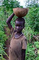 ETHIOPIA, Gambela, village Gog Dipach, girl with bowl with maize / AETHIOPIEN, Gambela, Dorf GOG DIPACH der Ethnie ANUAK, Maedchen mit Schale mit Mais  im Feld