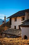 Italien, Suedtirol (Trentino - Alto Adige), Gadertal, oberhalb Wengen: der Weiler Tolpei in Altwengen und links die spaetgotische Barbarakapelle, im Hintergrund die Puez-Geisler-Gruppe im Naturpark Puez-Geisler | Italy, South Tyrol (Trentino - Alto Adige), Val Badia, above La Valle: hamlet Tolpei with chapel Saint Barbara (middle), at background Puez-Geisler-Group at Puez-Geisler Nature Park (Parco naturale Puez Odle)
