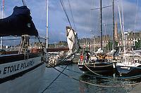 Europe/France/Bretagne/35/Ille-et-Vilaine/Saint-Malo: Voiliers au Bassin Dugay-Trouin et les remparts de laVille Close