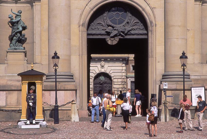 SWE, Schweden, Stockholm, Koenigliche Wache vor dem Schloss, Touristen.<br /> [Fuer die Nutzung gelten die jeweils gueltigen Allgemeinen Liefer-und Geschaeftsbedingungen. Nutzung nur gegen Verwendungsmeldung und Nachweis. Download der AGB unter http://www.image-box.com oder werden auf Anfrage zugesendet. Freigabe ist vorher erforderlich. Jede Nutzung des Fotos ist honorarpflichtig gemaess derzeit gueltiger MFM Liste - Kontakt, Uwe Schmid-Fotografie, Duisburg, Tel. (+49).2065.677997, fotofinder@image-box.com, www.image-box.com]