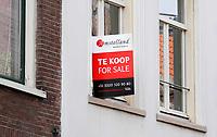 Nederland - Amsterdam- 2020.   Appartement te koop. Tweetalig bord.     Foto ANP / Hollandse Hoogte / Berlinda van Dam