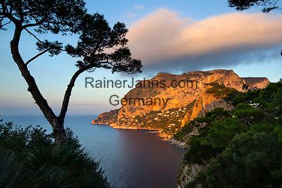 Italy, Campania, Capri: View to Monte Solaro and south coast of island at sunrise   Italien, Kampanien, Provinz Neapel, Capri: der Monte Solaro und die Suedkueste bei Sonnenaufgang
