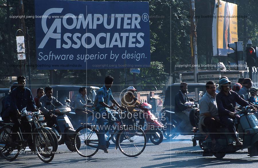 INDIA Bangalore, traffic at MG road, billboard of an IT, Software and Computer company / INDIEN Bangalore, Verkehr auf der Mahatma Gandhi Road, Werbeschild einer Software IT Firma