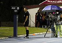 RIONEGRO - COLOMBIA, 29-09-2020: Bismark Santiago Pitalua, arbitro, revisa una jugada en el VAR durante el partido por la fecha 10 entre Rionegro Águilas y Deportivo Pasto de la Liga BetPlay DIMAYOR I 2020 jugado en el estadio Alberto Grisales de la ciudad del Rionegro. / Bismark Santiago Pitalua, referee, checks a play in the VAR during the match for the date 10 between Rionegro Aguilas and Deportivo Pasto of the BetPlay DIMAYOR League I 2020 played at Alberto Grisales stadium in Rionegro city. Photo: VizzorImage / Juan Augusto Cardona / Cont