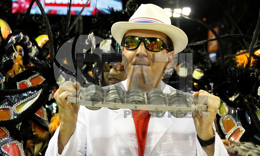 RIO DE JANEIRO, RJ, 07 DE JANEIRO 2011 - CARNAVAL RJ - UNIÃO DA ILHA - Prefeito da Cidade Eduardo Paes durante desfile da Escola União da Ilha se apresentam no Sambódromo da Marquês de Sapucaí durante o segundo dia dos desfiles do Grupo Especial do Carnaval 2011 do Rio de Janeiro. (FOTO: VANESSA CARVALHO / NEWS FREE).