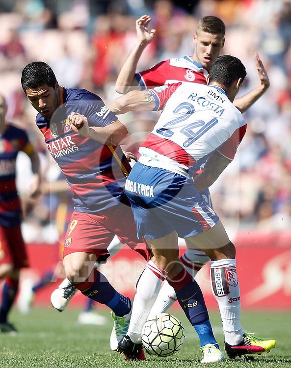 Granada's Ricardo Costa (r) and Ruben Perez (b) and FC Barcelona's  Luis Suarez during La Liga match. May 14,2016. (ALTERPHOTOS/Acero)