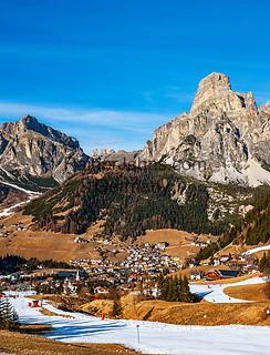 Italien, Suedtirol (Trentino - Alto Adige), Dolomiten, Corvara in Badia mit dem Hausberg Sassongher (rechts), Dorf Kolfuschg (links) mit Puez-Gruppe - in schneearmen Wintern wird mit Hilfe von Schneekanonen der Skibetrieb aufrecht erhalten   Italy, South Tyrol (Trentino -Alto Adige) Corvara in Badia: with summit Sassongher (right), village Colfosco in Badia (left) with Puez mountains - in snowless winters ski runs are prepared through snow guns