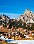 Italien, Suedtirol (Trentino - Alto Adige), Dolomiten, Corvara in Badia mit dem Hausberg Sassongher (rechts), Dorf Kolfuschg (links) mit Puez-Gruppe - in schneearmen Wintern wird mit Hilfe von Schneekanonen der Skibetrieb aufrecht erhalten | Italy, South Tyrol (Trentino -Alto Adige) Corvara in Badia: with summit Sassongher (right), village Colfosco in Badia (left) with Puez mountains - in snowless winters ski runs are prepared through snow guns