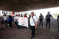 SAO PAULO, SP, 24.04.2015 - Professores estaduais, no 41º dia de greve, fazem mais uma ato pedindo melhoras nas condições de trabalho. No vão do MASP, na avenida Paulista, inicio da tarde dessa sexta 17. ( Foto: Gabriel Soares/ Brazil Photo Press)