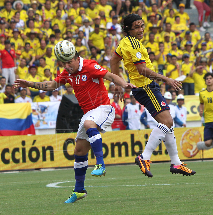 BARRANQUILLA -COLOMBIA- 11 -10-2013. Falcao Garcia  ( Der) de Colombia disputa el balon  contra  Gary Medel  (Izq) de  Chile ,partido correspondiente para las eliminatorias al mundial de Brasil 2014 disputado en el estadio Metropolitano de Barranquilla   / Colombia  James Rodriguez (R) dispute the ball against  Carlos Carmona (L)  Chile for the qualifying game for the World Cup Brazil 2014 match at the Metropolitano stadium in Barranquilla  .Photo: VizzorImage / Felipe Caicedo /  Staff /