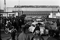 Usine Sud-Aviation (Blagnac-Saint-Martin du Touch). 31 janvier 1967. Vue d'ensemble en plongée des ouvriers grévistes bloquant la circulation devant l'usine. Observation: Manifestation dans le cadre d'une grève nationale dans les transports ferroviaires et aériens, le transport du courriers, l'électricité et le gaz.