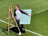 Teammanagerin Maike Seuren kommt mit der Taktiktafel - Seefeld 30.05.2021: Trainingslager der Deutschen Nationalmannschaft zur EM-Vorbereitung