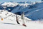Italy, Trentino-Alto Adige, Veneto, ski run at Passo Pordoi (2.239 m), connecting Val die Fassa (Trentino) with Valley Buchenstein/Arabba (Veneto) | Italien, Veneto Grenze Trentino-Alto Adige, Skipiste am Pordoijoch (2.239 m). Es verbinded das Fassatal im Trentino mit den Tal von Buchenstein/Arabba in Venetien