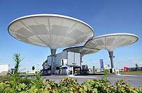 Nederland - Zaanstad - juli 2020. Tankstation NXT op bedrijventerrein HoogTij in Westzaan. Dit tankstation werkt met een nieuw brandstoffen concept en is daardoor een tankstation van de toekomst. NXT HoogTij biedt namelijk ook duurzamere alternatieven voor benzine en diesel aan; GTL en E10. GTL is een brandstof gemaakt van aardgas en is biologisch afbreekbaar. E10 is benzine waar 10 procent bio-ethanol aan is toegevoegd. In de loop van 2020 wordt NXT uitgebreid met waterstof. Daarnaast heeft het tankstation zelf ook duurzame maatregelen genomen. Met zonnepanelen op de bovenkant van de kelken voorziet het tankstation in de eigen energiebehoefte. Foto Berlinda van Dam / Hollandse Hoogte