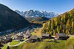 Italy, South Tyrol (Trentino-Alto Adige), Val di Longiarù: mountain village Longiarù and Puez mountains (Gruppo del Puez)| Italien, Suedtirol (Trentino-Alto Adige), Dolomiten, Campilltal: Bergdorf Campill vor der Puezgruppe