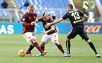 Calcio, Serie A: Roma vs Hellas Verona. Roma, stadio Olimpico, 17 gennaio 2016.<br /> Roma's Daniele De Rossi, left, and Radja Nainggolan, center, are challenged by Hellas Verona's Pawel Wszolek during the Italian Serie A football match between Roma and Hellas Verona at Rome's Olympic stadium, 17 January 2016.<br /> UPDATE IMAGES PRESS/Isabella Bonotto