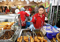 Nederland Amsterdam 2016 02 20.  Huishoudbeurs in de RAI. Azië Pasar Malam Hal. Gebakken banaan. Foto Berlinda van Dam / Hollandse Hoogte