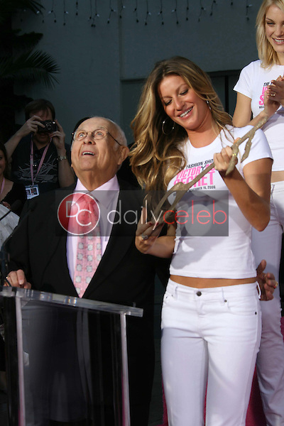 Johnny Grant and Gisele Bundchen<br />receiving the Key to the City of Hollywood. Grauman's Chinese Theatre, Hollywood, CA. 11-15-06<br />Dave Edwards/DailyCeleb.com 818-249-4998