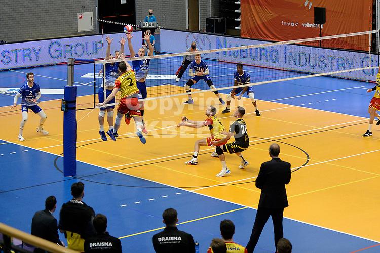18-04-2021: Volleybal: Amysoft Lycurgus v Draisma Dynamo: Groningen,  Dynamo speler Jeroen Rauwerink verschalkt het blok van Lycurgus
