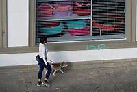 CALI - COLOMBIA, 25-05-2020: Transeuntes son vistos en Cali durante el día 62 de la cuarentena total obligatoria en el territorio colombiano causada por la pandemia  del Coronavirus, COVID-19. / Pedestrians are seen in Cali City during the day 62 of mandatory total quarantine in Colombian territory caused by the Coronavirus pandemic, COVID-19. Photo: VizzorImage / Gabriel Aponte / Staff