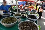 Foto: VidiPhoto<br /> <br /> HERAKLION - Een uitzonderlijke hoeveelheid groenten en fruit in allerlei soorten en maten, zorgt er voor dat toeristen en de inwoners van de  hoofdstad van Kreta, Heraklion, iedere week massaal kun inkopen doen op de zogenoemde Zigeunermarkt. Kleine ondernemers van vrijwel het gehele Griekse eiland verkopen daar hun gekweekte groenten en fruit. De enorme markt (ongeveer 30.000 vierkante meter) is ter bescherming tegen de hitte vrijwel geheel overdekt met zonneschermen. De meeste marktlui zijn zigeuners. Over de prijs van vrijwel alle producten valt te onderhandelen. Ook vlees, vis en kruiden zijn er te koop. De agrarische producten leveren naast het toerisme een belangrijke bijdrage aan de economie van het relatief welvarende Kreta. Zo'n 45 procent van de beroepsbevolking is werkzaam in de landbouw op bijna 100.000 bedrijven en bedrijfjes. Kreta is daarmee het belangrijkste landbouwgebied van Griekenland en de landbouwproducten zijn het belangrijkse exportproduct van het eiland.