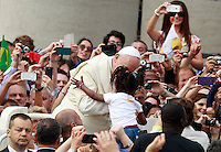 Papa Francesco bacia una bambina al suo arrivo all'udienza generale del mercoledi' in Piazza San Pietro, Citta' del Vaticano, 7 maggio 2014.<br /> Pope Francis kisses a child as he arrives for his weekly general audience in St. Peter's Square at the Vatican, 7 May 2014.<br /> UPDATE IMAGES PRESS/Isabella Bonotto<br /> <br /> STRICTLY ONLY FOR EDITORIAL USE