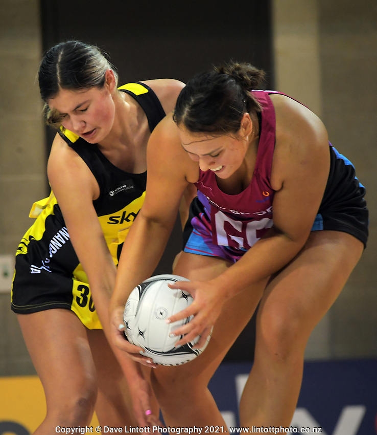 Parris Mason and Grace Namana compete for the ball during the National Netball League match between Central Manawa and Southern Blast at Te Rauparaha Arena in Porirua, New Zealand on Sunday, 10 May 2021. Photo: Dave Lintott / lintottphoto.co.nz