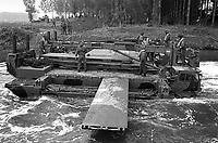 - Esercitazioni NATO in Germania, Settembre 1984, militari inglesi gettano un ponte mobile su di un fiume<br /> <br /> - NATO exercises in Germany, September 1984, British soldiers build a mobile bridge over a river