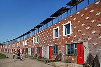 Huizen met zonnepanelen op het dak in Almere