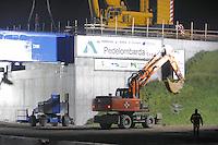 - cantiere per la costruzione della nuova autostrada Pedemontana Varese-Bergamo; posa del ponte sull'autostrada A-8....- yard for the construction of new highway Pedemontana from Varese to Bergamo; installation of the bridge on the highway A-8