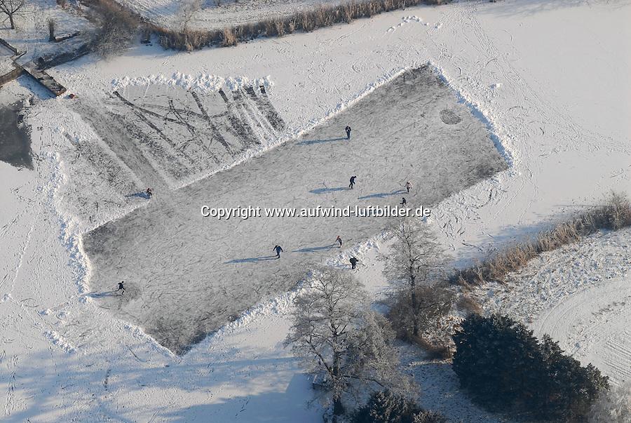 4415/Eishockey: EUROPA, DEUTSCHLAND, NIEDERSACHSEN 28.01.2006 Eishockey auf einem Natursee in der naehe von Winsen, Wintersport