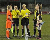 U17  Netherlands - U17 Germany : Referee..Sarah Garratt (ENG).Assistant referees..Rebecca Welch (ENG), Maria Etienne (BEL)..met kapiteins 1 Miriam Hanemann (GK) (C) (rechts) en 4.Inessa Kaagman (C).foto DAVID CATRY / Vrouwenteam.be