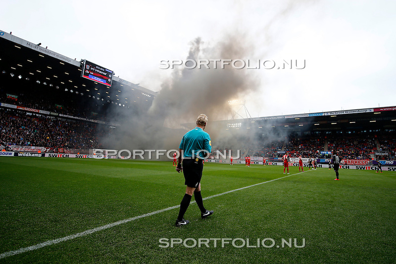 Nederland, Enschede, 26 april  2015<br /> Eredivisie<br /> Seizoen 2014-2015<br /> FC Twente-AZ<br /> Scheidsrechter Kevin Blom wacht op het moment dat de zwarte rook is opgetrokken in de Grolsch Veste