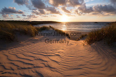United Kingdom, England, Cornwall, Crantock: Ribbed sand and sand dunes at sunset, Crantock beach | Grossbritannien, England, Cornwall, Crantock: Sandduenen am Crantock Beach bei Sonnenuntergang