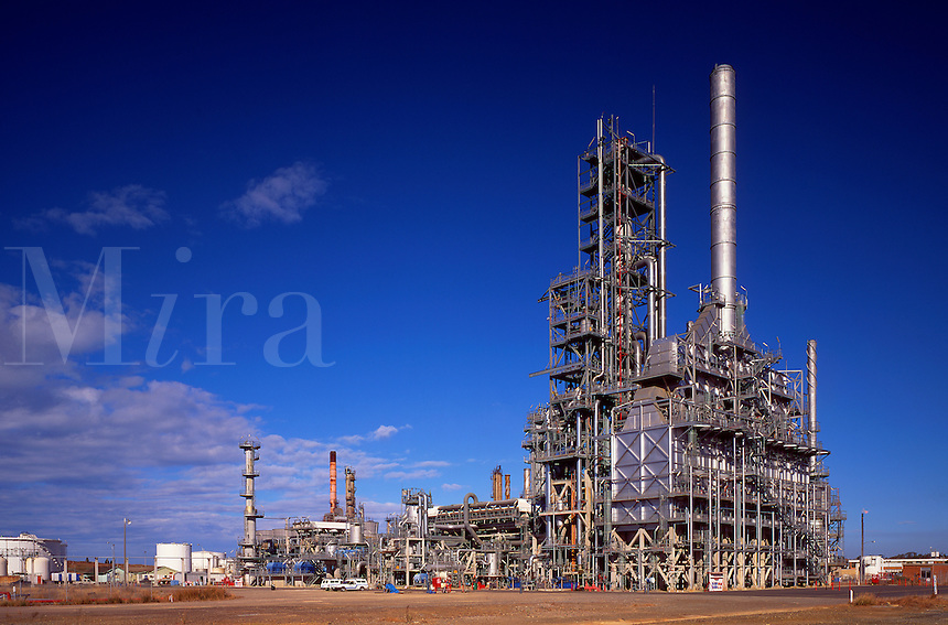 Oil refinery. Unit for production of lead free petrol. Australia.