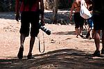 """Backstage reportage su Porto Selvaggio - Reportage fotografico di Alessandro Caniglia, Alessandro De Matteis e Dario Luceri - Il Parco Naturale Regionale di Porto Selvaggio è situato lungo la costa ionica e ricade nel comune di Nardò (Lecce). Definito come """"area di notevole interesse pubblico"""" già nel 1939, è stato effettivamente istituito come Parco nel 2004. I suoi limiti sono compresi tra la baia di Frascone (a nord) e la Torre dell'Alto (a sud). Ha una estensione complessiva di circa 1000 ettari.Porto Selvaggio è una delle zone tra le più incontaminate del litorale Ionico, con un paesaggio caratterizzato da una pineta di ca. 300 ettari e da una macchia mediterranea ricca di acacee e ginestre..Lungo la costa sono presenti molte cavità carsiche, con varie insenature, grotte sommerse.Per gli amanti della natura il paesaggio è estremamente suggestivo in ogni stagione: molto silenzioso e rilassante in autunno, inverno e primavera, ricco di colori e festoso in estate, con il canto delle cicale che accompagna i visitatori lungo i sentieri e di tratti di scogliera che portano fino alla spiaggia. Il mare limpido e azzurro, con un fondale ricco di flora e fauna marina, è spesso meta di numerosi subacquei."""