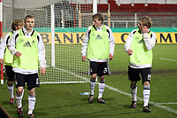 Ersatzspieler waermen sich auf<br /> Deutschland vs. Finnland, U19-Junioren<br /> *** Local Caption *** Foto ist honorarpflichtig! zzgl. gesetzl. MwSt. Auf Anfrage in hoeherer Qualitaet/Aufloesung. Belegexemplar an: Marc Schueler, Am Ziegelfalltor 4, 64625 Bensheim, Tel. +49 (0) 151 11 65 49 88, www.gameday-mediaservices.de. Email: marc.schueler@gameday-mediaservices.de, Bankverbindung: Volksbank Bergstrasse, Kto.: 151297, BLZ: 50960101
