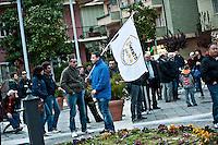 MONTESILVANO (PE) 12-04-2011: PBEPPE GRILLO, LEADER DEL MOVIMENTO 5 STELLE, ARRIVA IN CAMPER NELLA PIAZZA DEL COMUNE PER INAUGURARE LA CAMPAGNA ELETTEROLAE.NELLA FOTO ALCUNI MANIFESTANTI PRESENTI PER IL COMIZIO.DILORETO
