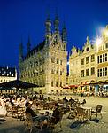 Belgium, Flemish Brabant, Leuven: Town Hall and cafe aat night | Belgien, Flaemisch-Brabant, Loewen: das spaetgotische Rathaus am Großen Markt - Grote Markt - Strassencafe am Abend