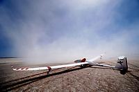 Arcus im Dustdevil AFRIKA, NAMIBIA: Arcus im Dustdevil, Ein starker Aufwind auf dem Flugplatz Bitterwasser. Der Pilot versucht sein Haube zu schützen damit der Wind die Haube nicht aufschlägt.