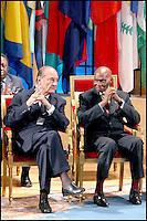 JACQUES CHIRAC & ABDOULAYE WADE. LE PRESIDENT SENEGALAIS ABDOULAYE WADE RECOIT LE PRIX FELIX HOUPHOUÀT- BOIGNY POUR LA RECHERCHE DE LA PAIX, A L' UNESCO. #