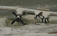 CÙte d'Ivoire, Abidjan -15 Octobre 2017 - Au moins cinq mort dans un accident d'avion ‡ Abidjan. Les dÈbris de l'avion cargo Antonov An-26 accidentÈ sont tirÈs sur la plage de port bouet Adjouffou # CRASH D'UN AVION A ABIDJAN