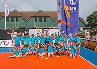 Den Bosch, Netherlands, 13 June, 2017, Tennis, Ricoh Open, Matwe Middelkoop (NED) with schoolkids<br /> Photo: Henk Koster/tennisimages.com