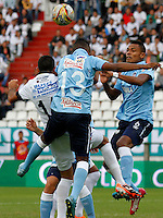 MANIZALES -COLOMBIA, 19-07-2015. Jorge H. Menosse (Izq) de Once Caldas disputa el balón con Jose Velez (C) y William J. Tesillo (Der) de Atlético Junior por la fecha 2 de Liga Águila II 2015 jugado en el estadio Palogrande de la ciudad de Manizales./  Jorge H. Menosse (L) player of Once Caldas fights for the ball with Jose Velez (C) and William J. Tesillo (R) player of Atletico Junior during match for the second date of the Aguila League II 2015 played at Palogrande stadium in Manizales city. Photo: VizzorImage/Santiago Osorio/Cont