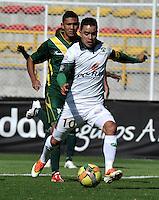 BOGOTA - COLOMBIA-04-05-2013: Satlin Motta (Der.) jugador de La Equidad, lucha por el balón con Edgar Castañeda (Izq.) durante partido en el estadio De Techo de la ciudad de Bogota, abril mayo 4 de 2013. La Equidad y Deportes Quindio durante partido por la decimocuarta fecha de la Liga Postobon I. (Foto: VizzorImage / Luis Ramirez / Staff). Satlin Motta (R) jugador de La Equidad fights for the ball with Edgar Castañeda (L) during game in the Techo stadium in Bogota City, May 4, 2013, during match for the fourtenth round of the Postobon League I. (Photo: VizzorImage / Luis Ramirez / Staff)..