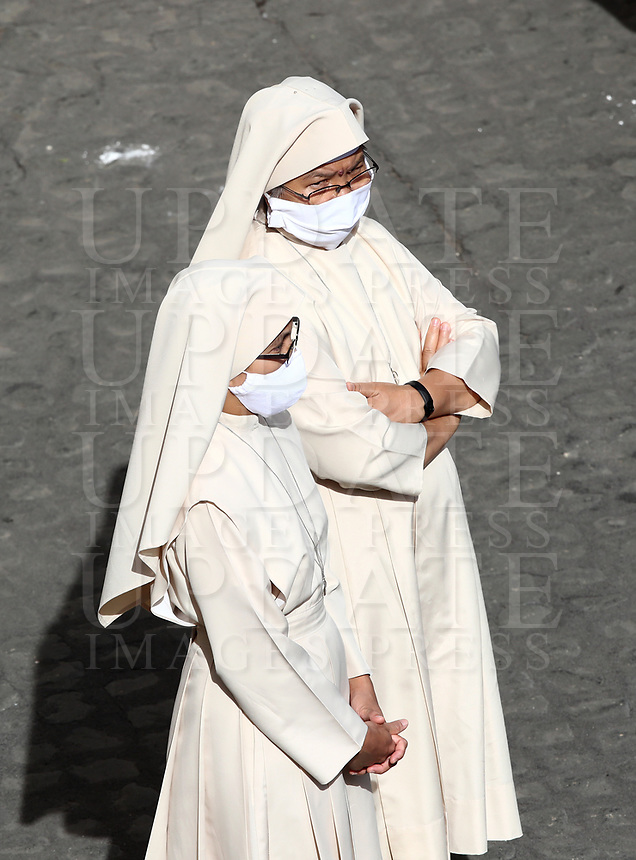 Nuns wearing a face mask attend Pope Francis first limited public audience at the San Damaso courtyard in The Vatican on September 2, 2020 during the COVID-19 infection, caused by the novel coronavirus.<br /> UPDATE IMAGES PRESS/Isabella Bonotto<br /> <br /> STRICTLY ONLY FOR EDITORIAL USE