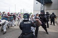 """Klimacamp """"Ende Gelaende"""" bei Proschim in der brandenburgischen Lausitz.<br /> Mehrere tausend Klimaaktivisten  aus Europa wollen zwischen dem 13. Mai und dem 16. Mai 2016 mit Aktionen den Braunkohletagebau blockieren um gegen die Nutzung fossiler Energie zu protestieren.<br /> Mehrere hundert Aktivisten stuermten am Nachmittag des 14. Mai das Gelaende des Kraftwerk Schwarze Pumpe. Die Polizei kam nach ca. 20 Minuten auf das Werksgaende und die Aktitivisten vierliessen das Gelaende wieder. Ca. 60 Personen wurden danach von der Polizei festgenommen.<br /> Im Bild: Aktivisten auf dem Kraftwerksgelaende versuchen Polizeibeamten zu entwischen.<br /> 14.5.2016, Schwarze Pumpe/Brandenburg<br /> Copyright: Christian-Ditsch.de<br /> [Inhaltsveraendernde Manipulation des Fotos nur nach ausdruecklicher Genehmigung des Fotografen. Vereinbarungen ueber Abtretung von Persoenlichkeitsrechten/Model Release der abgebildeten Person/Personen liegen nicht vor. NO MODEL RELEASE! Nur fuer Redaktionelle Zwecke. Don't publish without copyright Christian-Ditsch.de, Veroeffentlichung nur mit Fotografennennung, sowie gegen Honorar, MwSt. und Beleg. Konto: I N G - D i B a, IBAN DE58500105175400192269, BIC INGDDEFFXXX, Kontakt: post@christian-ditsch.de<br /> Bei der Bearbeitung der Dateiinformationen darf die Urheberkennzeichnung in den EXIF- und  IPTC-Daten nicht entfernt werden, diese sind in digitalen Medien nach §95c UrhG rechtlich geschuetzt. Der Urhebervermerk wird gemaess §13 UrhG verlangt.]"""