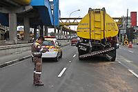 SÃO PAULO, SP, 03 DE DEZEMBRO 2011 - Um caminhão que transportava produto químico bateu na traseira de outro caminhão que transportava combustível na Rua das Juntas Provisórias, na região do Ipiranga, zona sul da capital paulista, na madrugada deste sábado (3). Outros dois veículos se envolveram no acidente. Uma pessoa ficou ferida. FOTO: LUIZ GUARNIERI - NEWS FREE